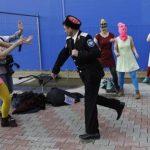 Un militar cosaco ataca a Nadezhda Tolokonnikova, integrante de Pussy Riot, y a un fotógrafo. Foto AP