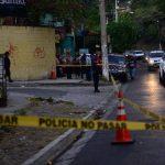 En la colonia Cruz Roja, kilómetro 3 de la calle hacia Los Planes de Renderos, Juan Miguel Clavel, de 23 años, fue asesinado la tarde de ayer. Tenía tatuajes no alusivos a maras. Foto EDH / Jorge Reyes