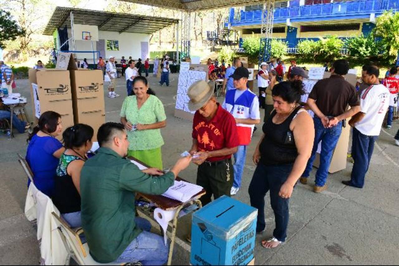 El mayor centro de votación en la cabecera departamental de Chalatenango se instaló en el Instituto Nacional doctor Francisco Martínez. Foto EDH / César avilés