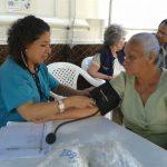 Durante la jornada se atendió a cerca de 300 personas con la toma de presión arterial y más. Foto EDH / Georgina Vividor