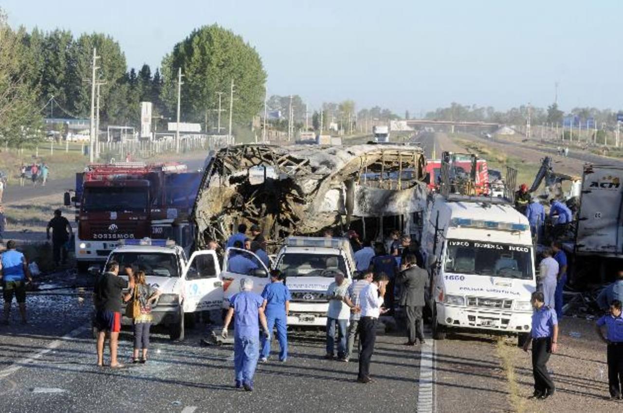Vista general del accidente de ayer en una autopista en la provincia de Mendoza, al oeste de Argentina en el que murieron 18 personas y al menos doce heridos. foto edh / efe