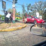 El momento de la detención de los sospechosos frente a Cárcel de Mujeres, en Ilopango. FOTO EDH Tomada de @mccoypolanco