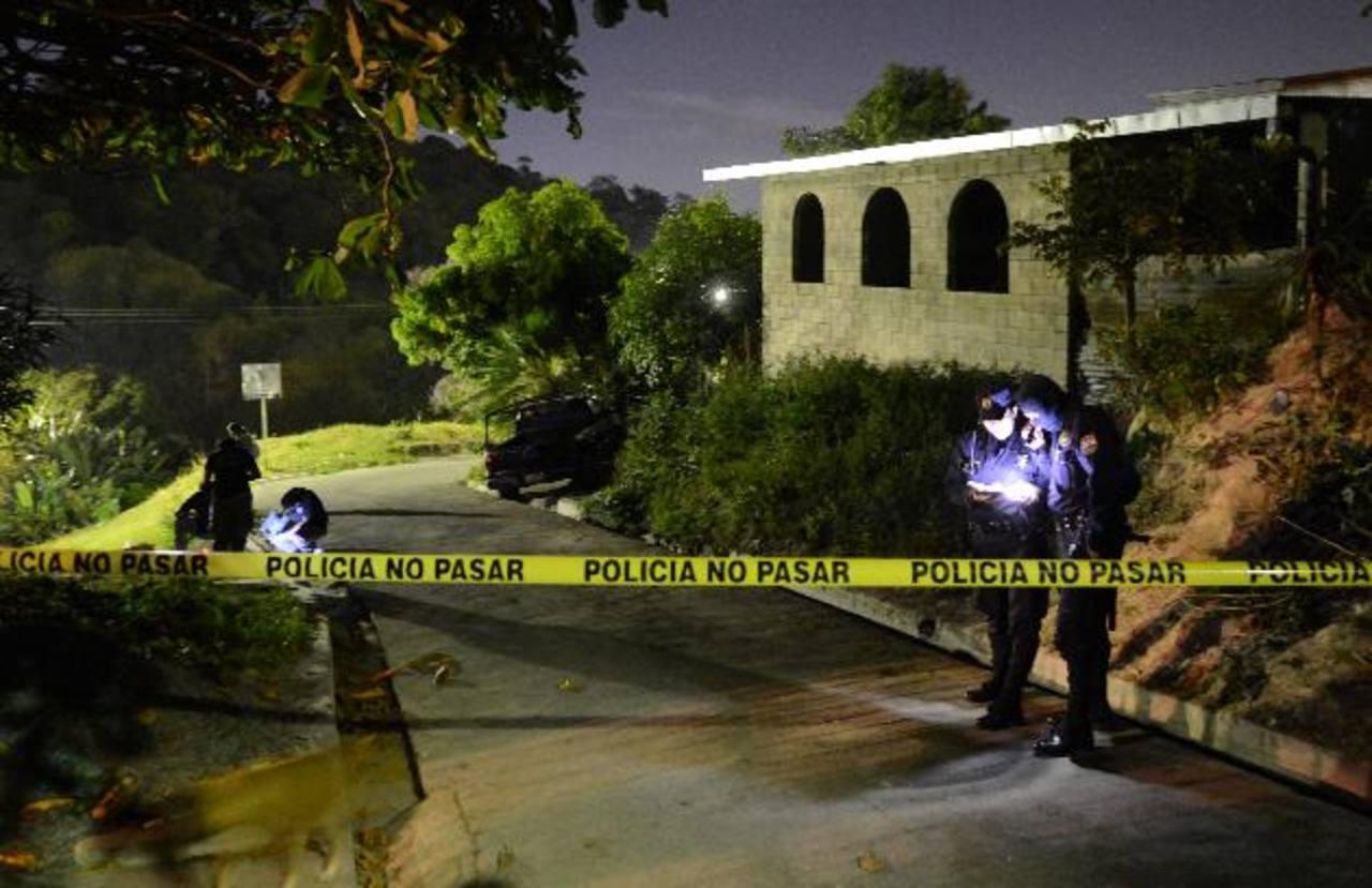 La noche del sábado pasado un hombre fue asesinado en la colonia Bella Vista, al sur de San Salvador. Foto EDH / Douglas Urquilla
