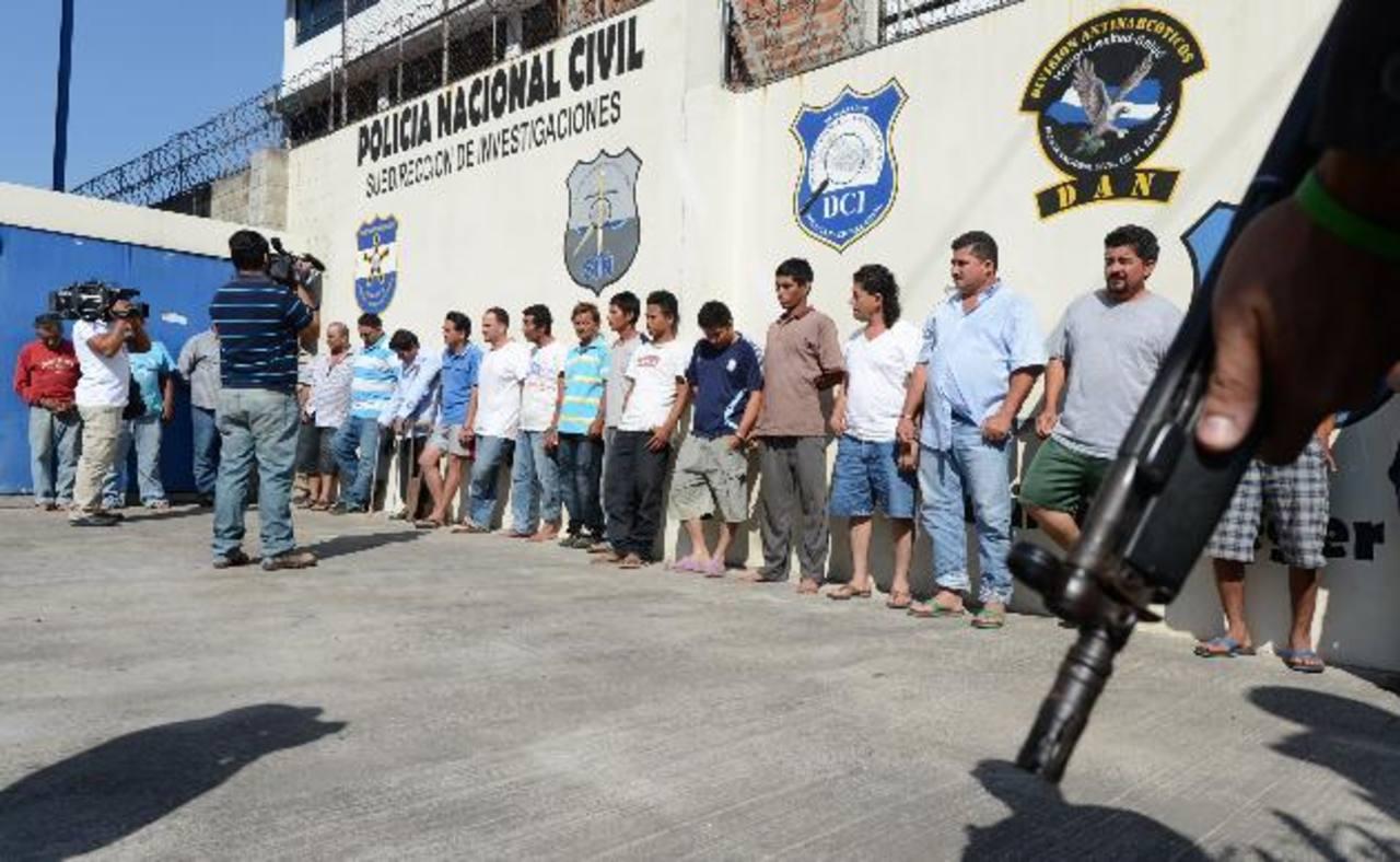 A estas personas las acusa la PNC y la Fiscalía de haber robado entre 70 y 100 cabezas de ganado. Foto EDH / Mauricio Cáceres
