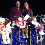 El director del Teatro Luis Poma junto a los títeres y Sabrina Hamilton, encargada de iluminación.