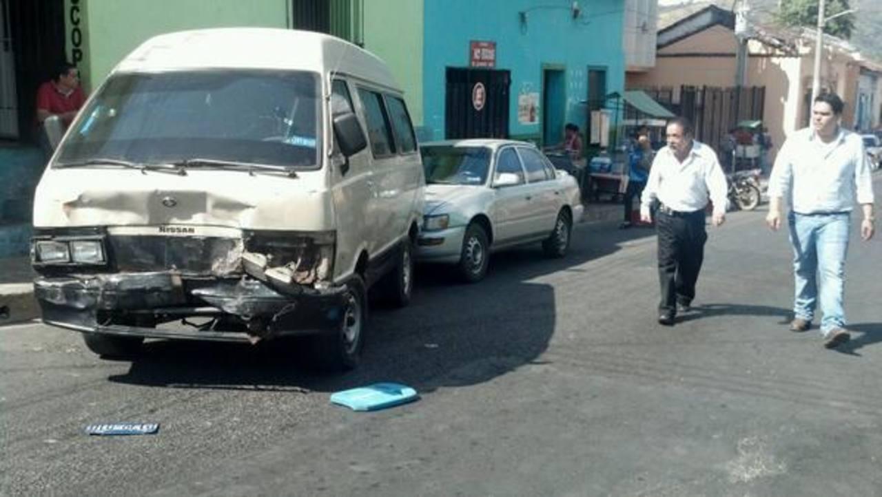 El vehículo de los delincuentes chocó contra otro automotor cuando intentaban escapar. Foto vía Twitter Milton Jaco