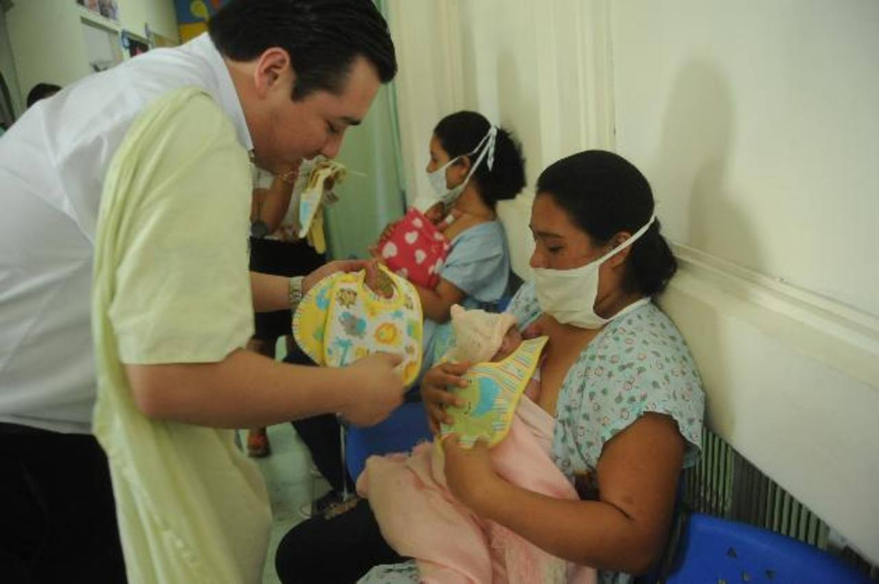 Los neonatos del Hospital de Maternidad fueron beneficiados con más de 5 mil baberos. Foto EDH / lissette monterrosaErnesto Juárez (al centro) fue uno de los jóvenes salvadoreños beneficiados con el programa de becas. Foto EDH / cortesía