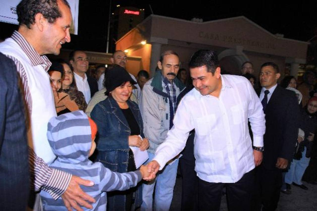 El presidente de Honduras, Juan Orlando Hernández (d), participando en una jornada de oración. Foto EDH / efe