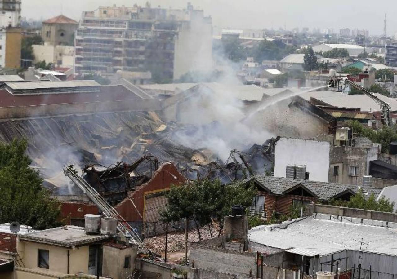 Siete bomberos y dos trabajadores de defensa civil de emergencia que estaban trabajando en el lugar del incendio murieron en Argentina. Foto/ Reuters