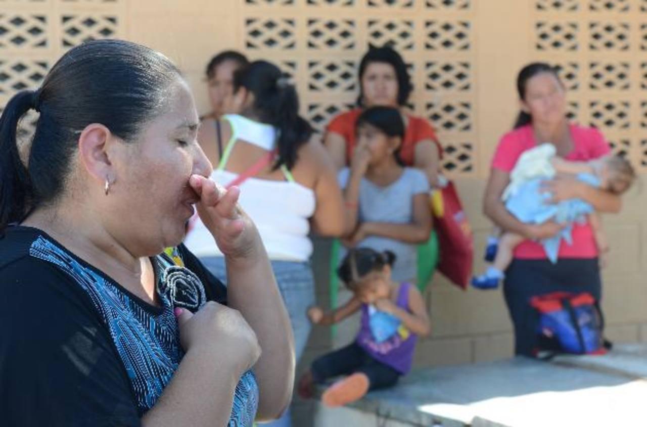 Familiares de los tres pescadores estaban preocupados por sus parientes, pues no tenían noticias de ellos desde la semana anterior. Foto EDH/ Douglas Urquilla