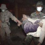 Un soldado carga con una mujer para evacuarla tras la erupción del volcán Kelud en Malang (Indonesia). FOTO EDH Efe.