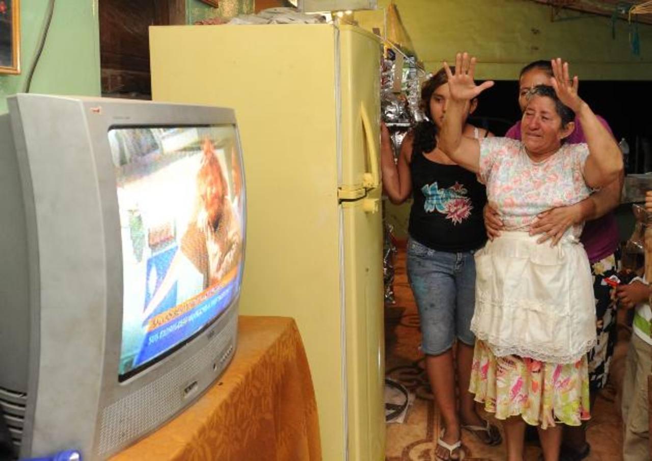 Doña María celebra al enterarse de que su hijo está vivo. Foto EDH / L. Lemus