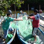 Compañeros de pesca de los tres lancheros se preparan para laborar. Vea algunas de las imágenes de los familiares, quienes no han parado de buscarlos desde la semana anterior. Foto EDH / Douglas Urquilla