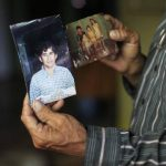 José Ricardo, padre de José Salvador Alvarenga, muestra una fotografía del náufrago. foto EDH