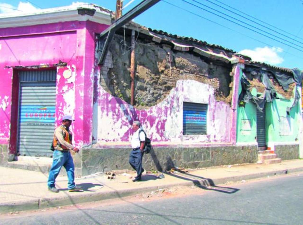 Una vivienda ubicada en la esquina de la 5a. Calle Poniente y 8a. Avenida Sur está seriamente dañada, sin que sus propietarios hagan algo por repararla. Foto EDH / Mauricio GuevaraSe encuentra en la 25a Calle Oriente de la capital. Foto EDH /