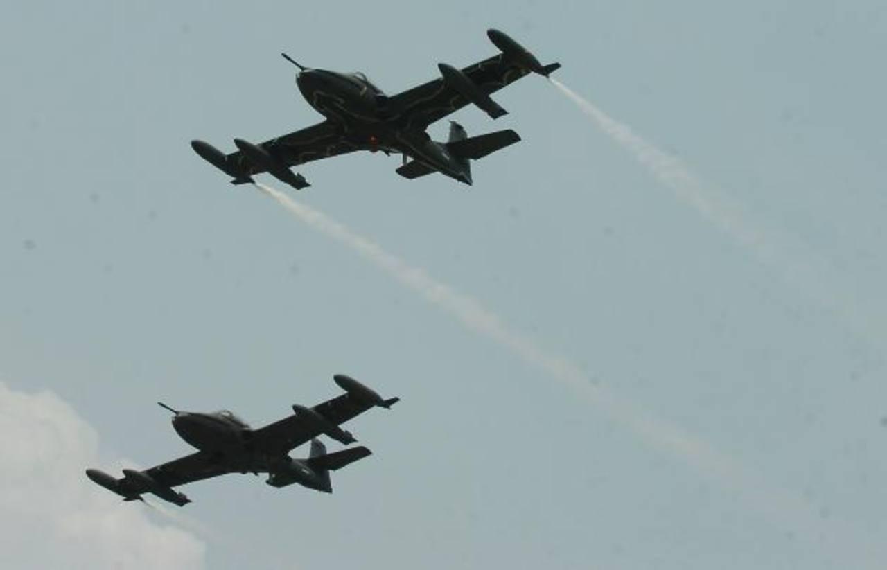 Aviones A-37 sobrevuelan el cielo salvadoreño. Diez aeronaves similares serán traídos en marzo. FOTO EDH / Archivo.