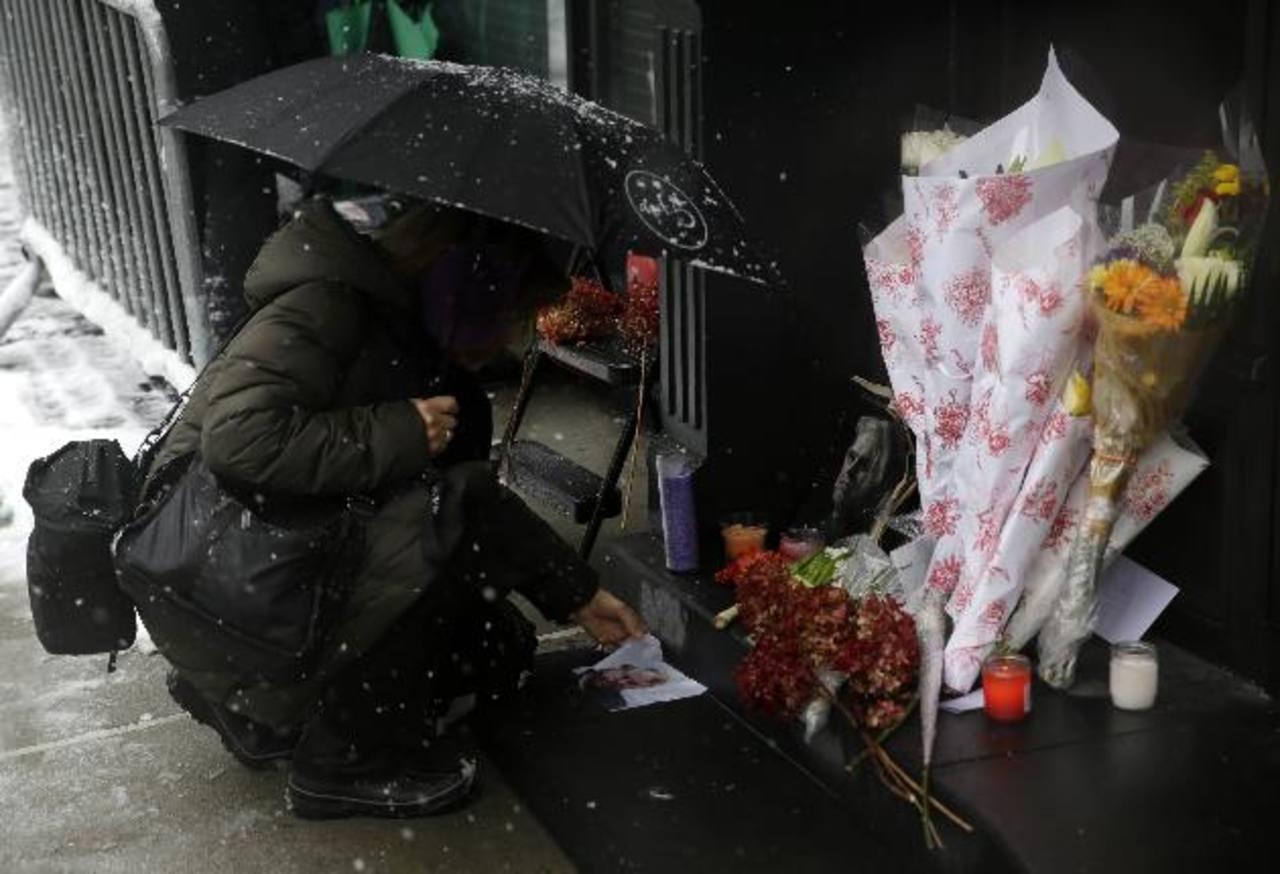 Fans de Philip Seymour Hoffman han improvisado un altar en honor al actor afuera del edificio donde fue hallado muerto. Foto/ AP