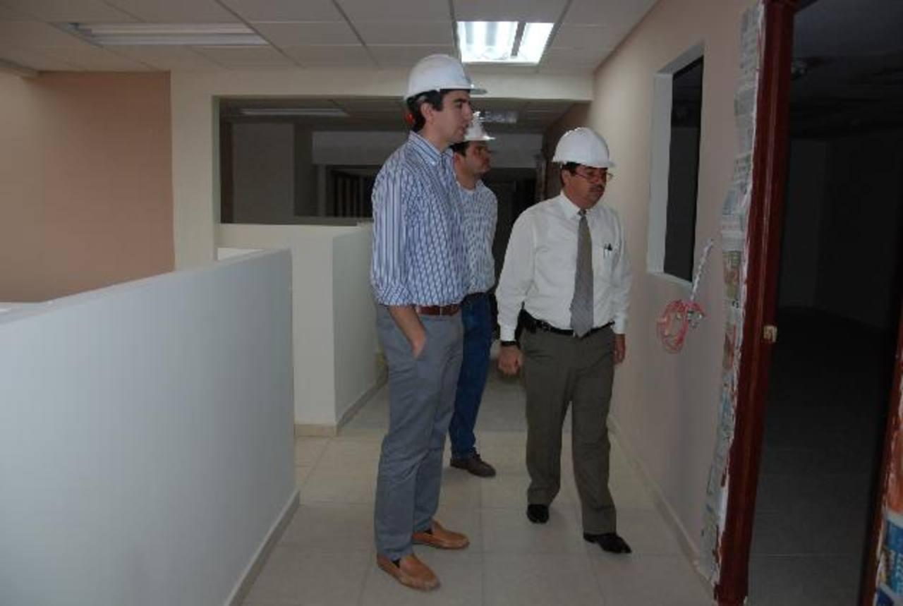 El gerente del proyecto de modernización del Registro y Catastro del CNR, Henri Fino (de corbata) supervisó ayer los trabajos junto a representantes de la empresa contratada. foto edh / cristian díaz