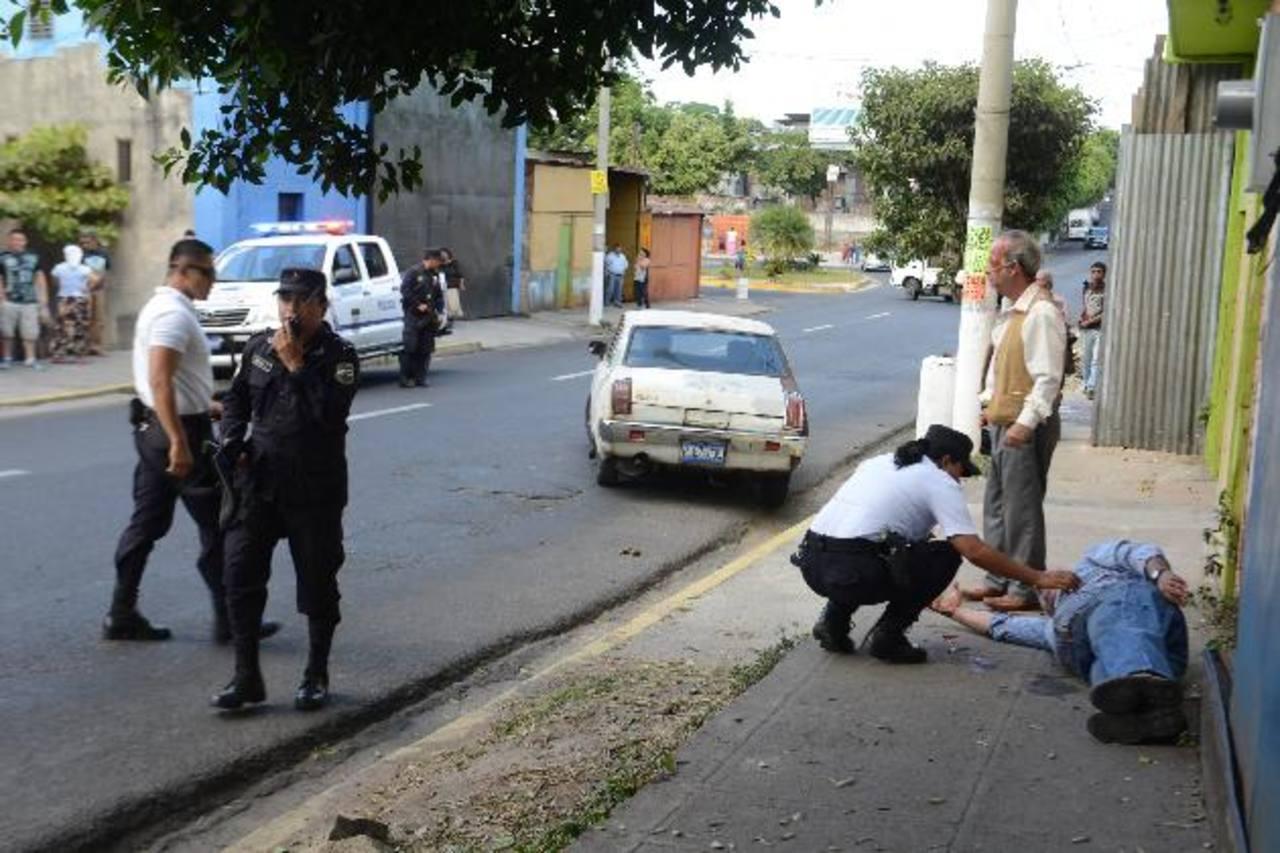 El ataque contra dos hombres mayores ocurrió ayer a una cuadra del parque Centenario. Fotos EDH / Miguel Villalta