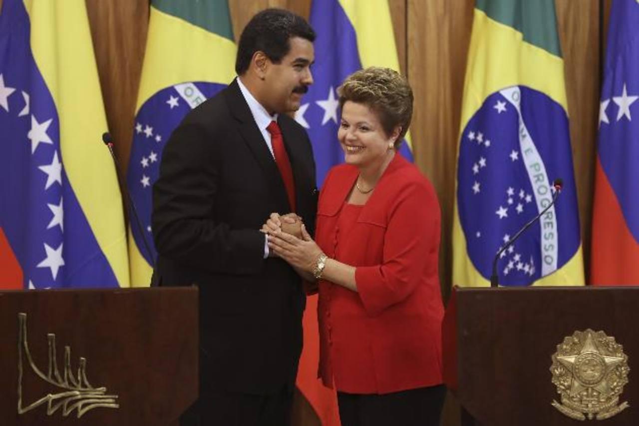 La presidenta de Brasil, Dilma Rousseff, junto a su homólogo de Venezuela, Nicolás Maduro, en una foto de archivo. Sus contrincantes de la oposición brasileña le critican sus relaciones con Venezuela.