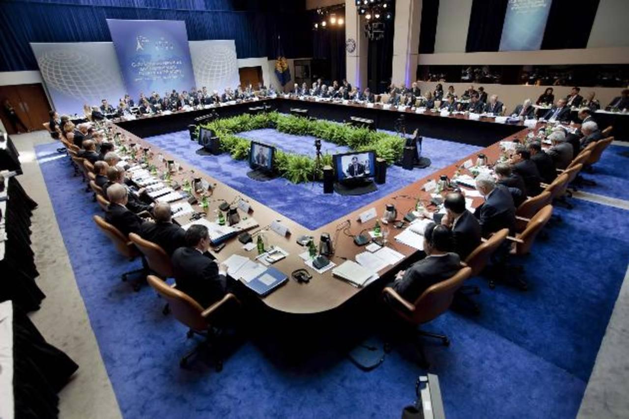 Ministros de hacienda y gobernadores de bancos centrales se reúnen en la sede central del FMI en Washington, en esta foto de archivo de abril de 2011.