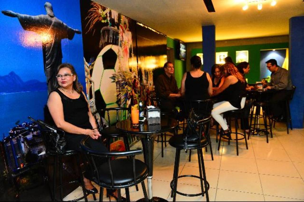 Con un carnaval brasileño inició operaciones el bar restaurante Río.