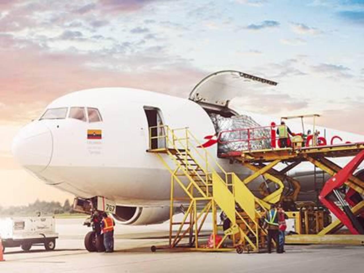 Avianca Cargo realiza actualmente operaciones cargueras en 20 ciudades. Transporta productos perecederos como flores, espárragos, lechugas, vegetales, salmón, fruta, entre otros.