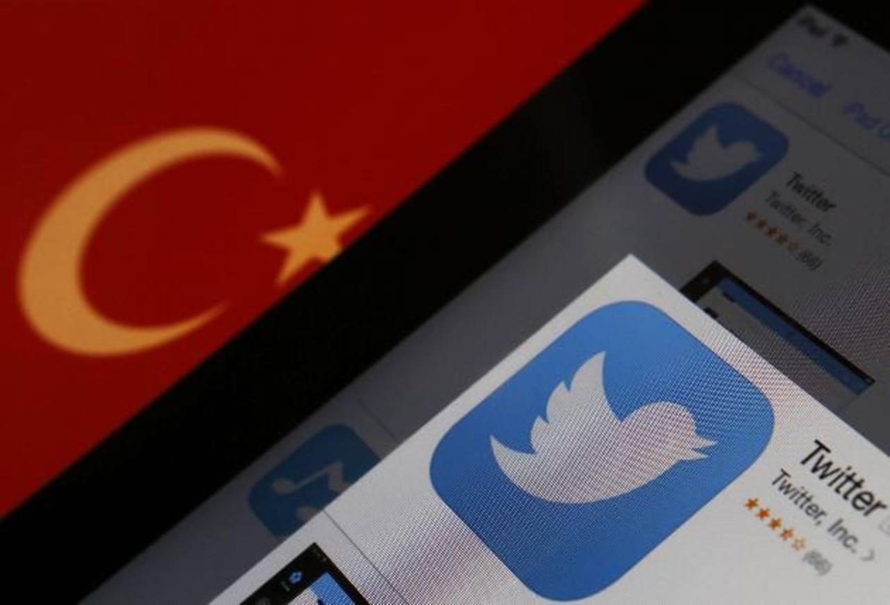 """Usuarios de Twitter lo llamaron un """"golpe digital"""", algunos comprando a Turquía con Irán y Corea del Norte, donde las plataformas de los medios sociales están muy controladas. También hubo manifestaciones de protesta."""