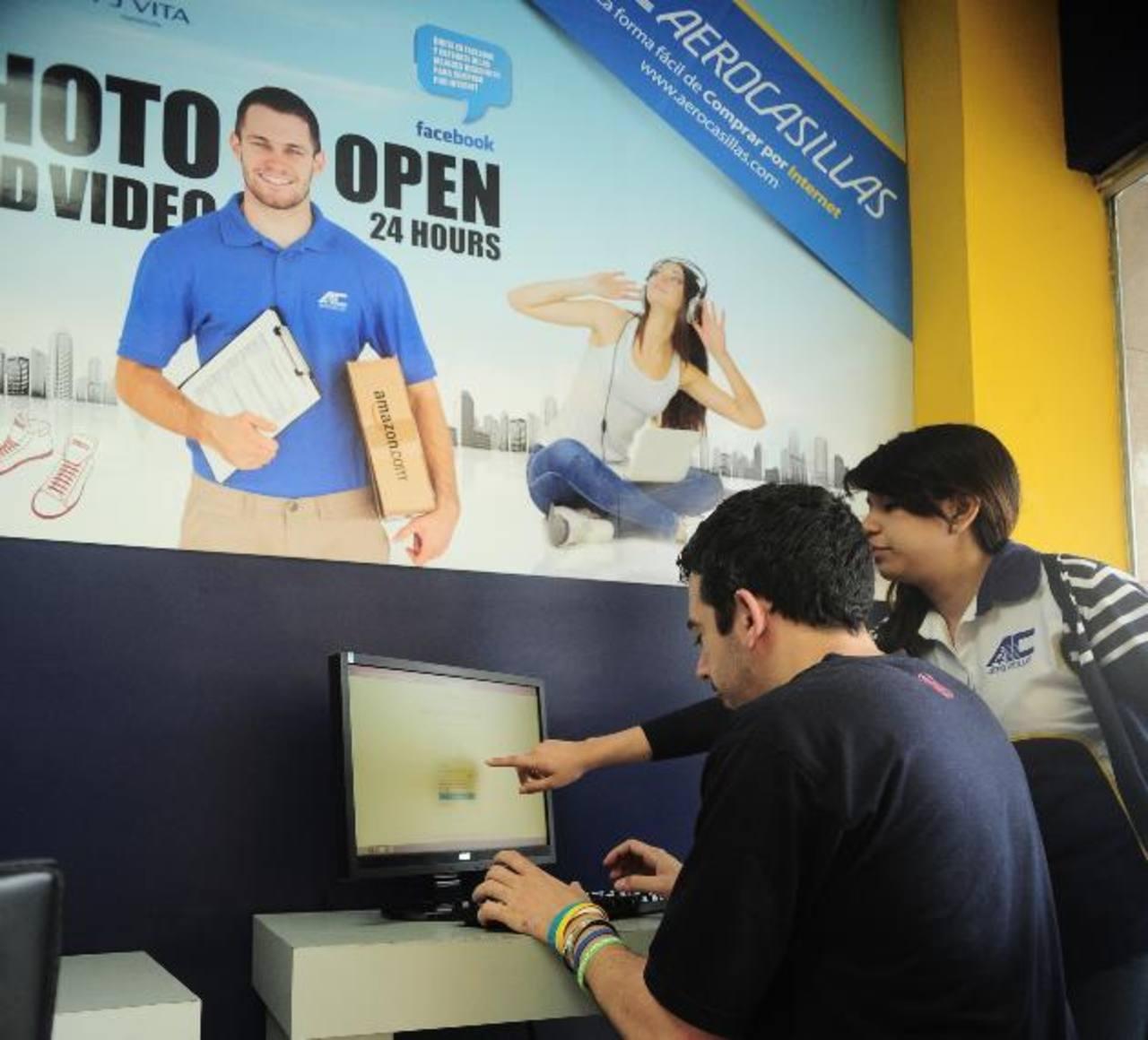En los últimos años, las compras en línea se han puesto de moda, en especial, entre la población joven. FOTO EDH / RENÉ QUINTANILLA