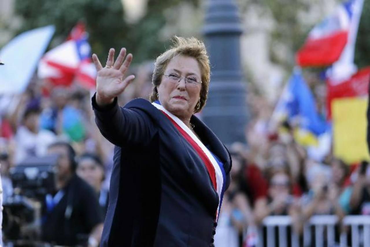 La presidenta de Chile, Michelle Bachelet, saluda a simpatizantes poco después de haber sido juramentada en el cargo.