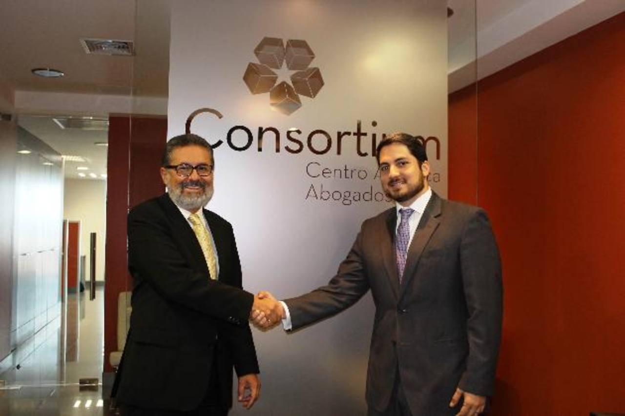 Benjamín Valdez Iraheta y Óscar Samour sellaron la fusión de las firmas en febrero pasado y ahora proyectan crecer entre 10 y 15 % en la facturación regional. Foto CORTESÍA