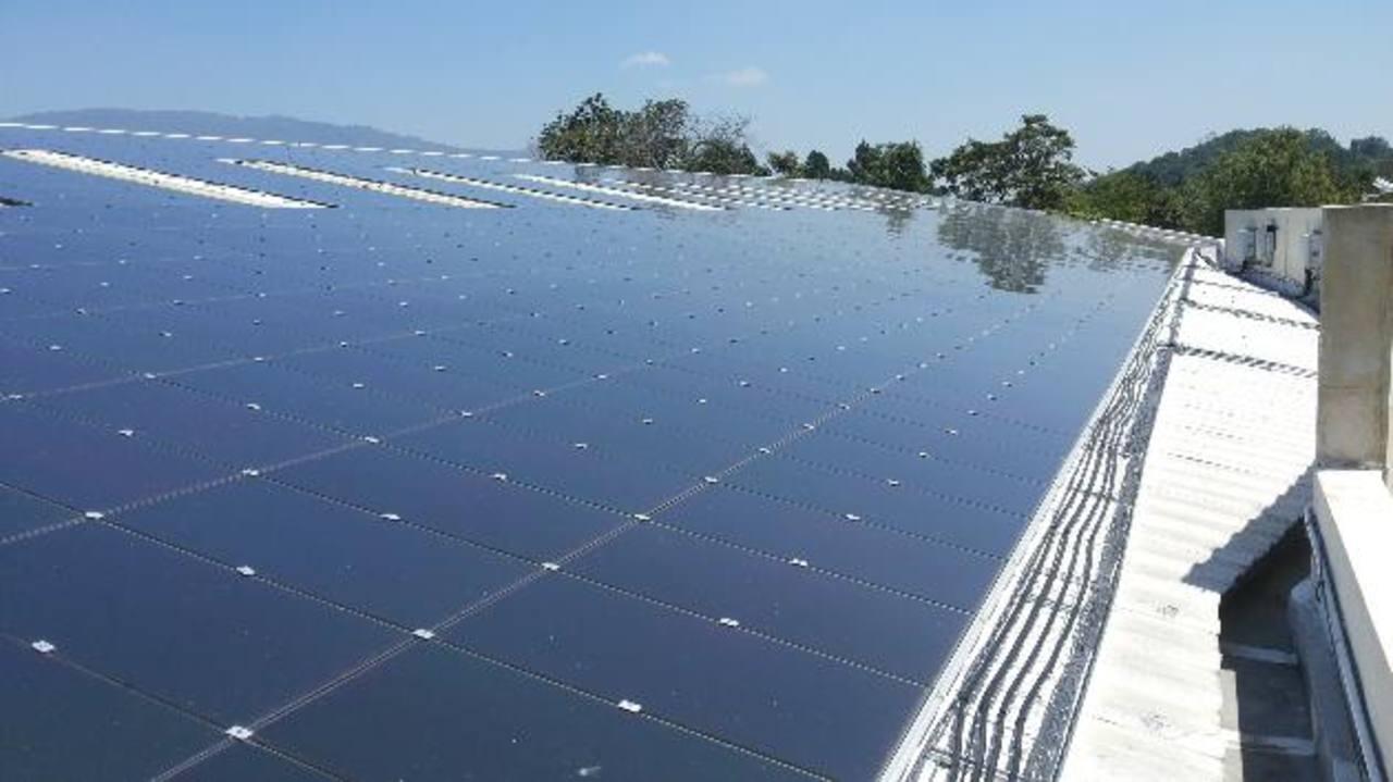 Los paneles solares están instalados en el Centro Comercial Las Palmas, en donde generará energía para todos los locales que lo conforman. Foto EDH/Pedro carlos mancía