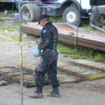 Un técnico explosivista de la Policía coloca parte de las 213 granadas antitanques M90 que fueron descubiertas en un terreno del municipio de El Congo, Santa Ana. Foto EDH / Archivo