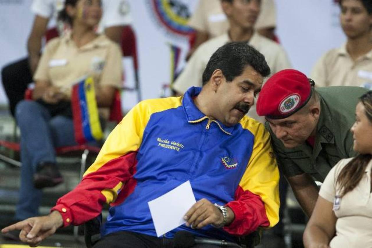 El presidente Maduro conversa con uno de la Guardia de Honor presidencial ayer durante un acto oficial. Foto edh / EFE