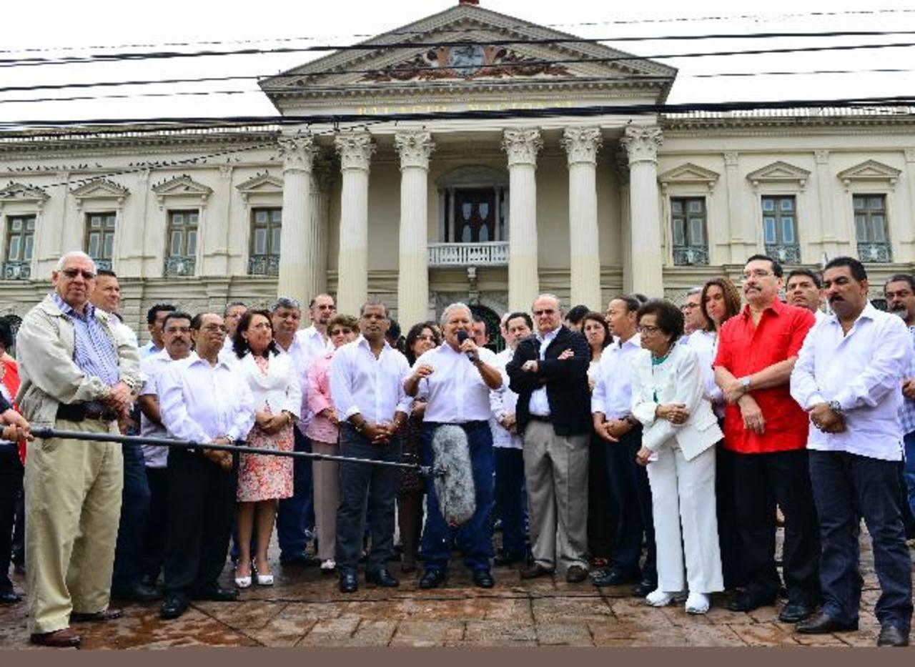 Ministros y funcionarios dieron público respaldo la fórmula del FMLN. Ahora ya no podrán. Foto EDH