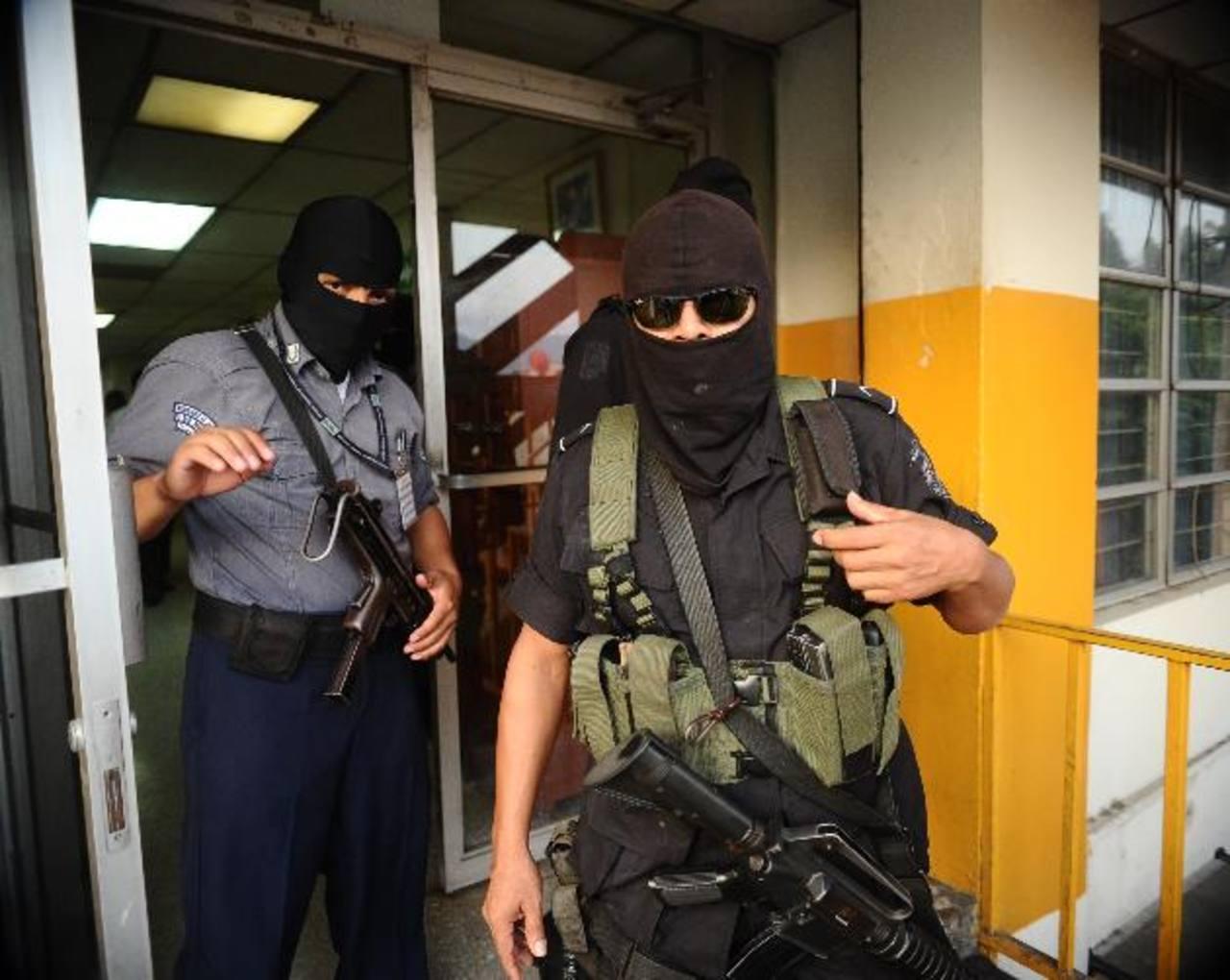 Fiscales y la Unidad Antipandillas de la PNC allanaron las oficinas de Penales. Foto EDH / René Q.