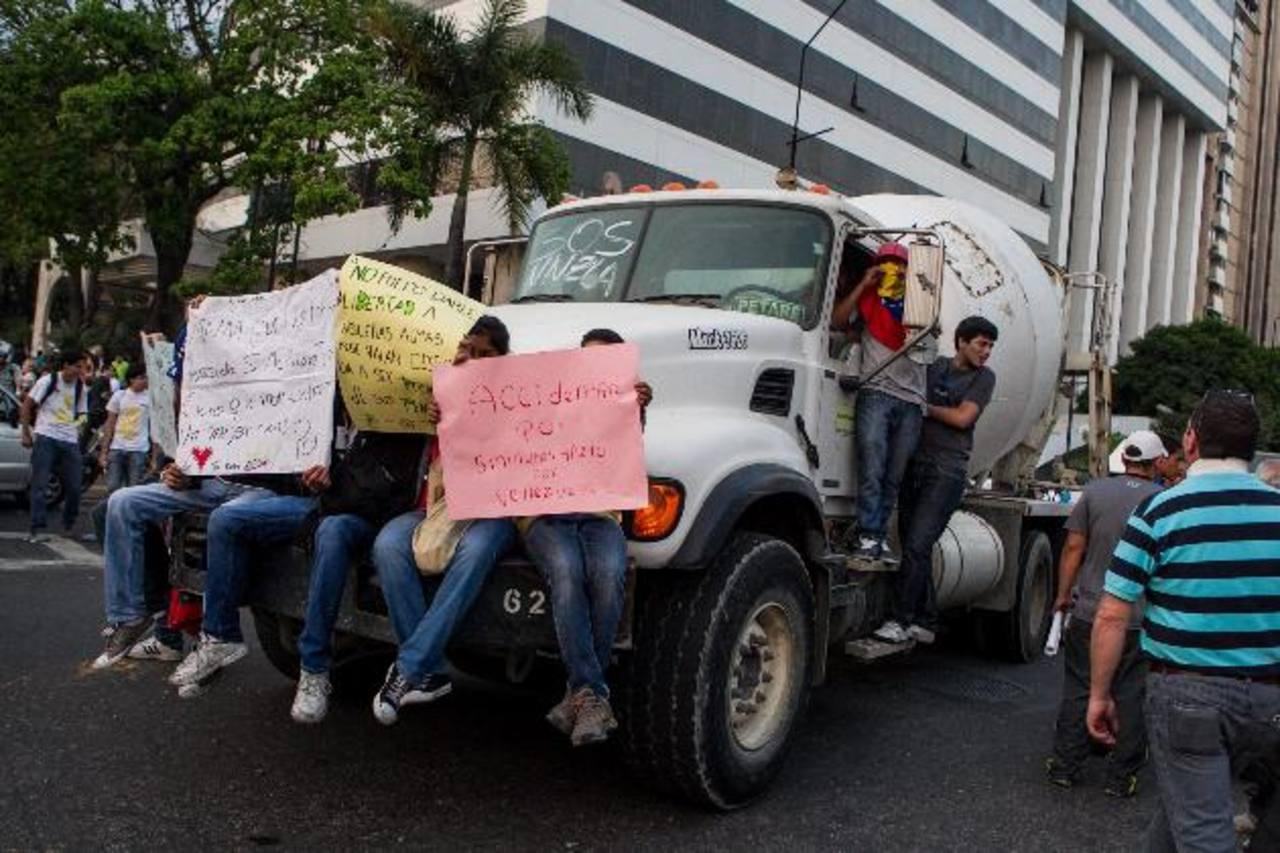 Opositores al régimen venezolano participan en una protesta en la plaza Altamira (Caracas).