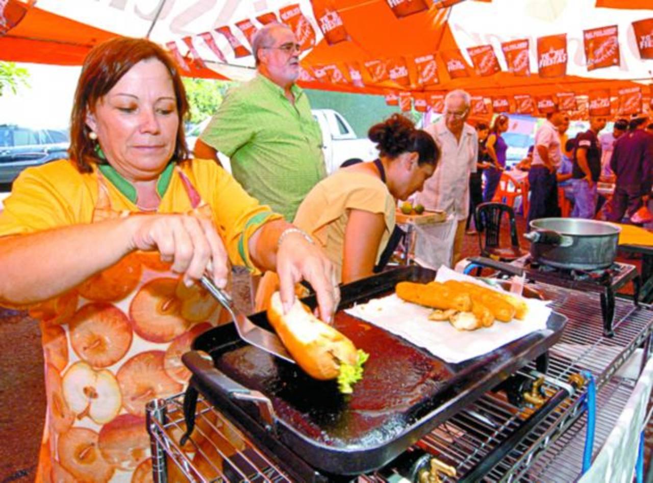 Durante la jornada habrá venta de comida típica e internacional, también quioscos con artesanías. foto edh / archivo