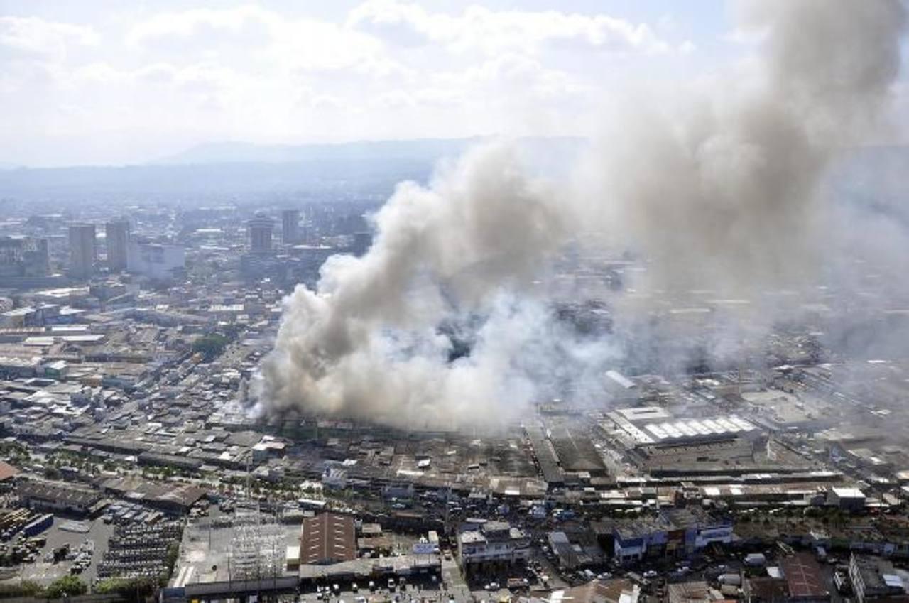 Vista aérea del incendio en el mercado La Terminal de Guatemala. Fotografía cedida por la entidad Conred. foto EDH / EFE
