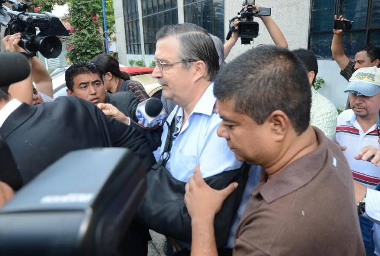 Jorge Nieto al momento de ser trasladado a un hospital a la salida de los tribunales. FOTO EDH Douglas Urquilla.