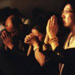 Familiares de los pasajeros del avión ofrecen oraciones por sus parientes. Foto EFE