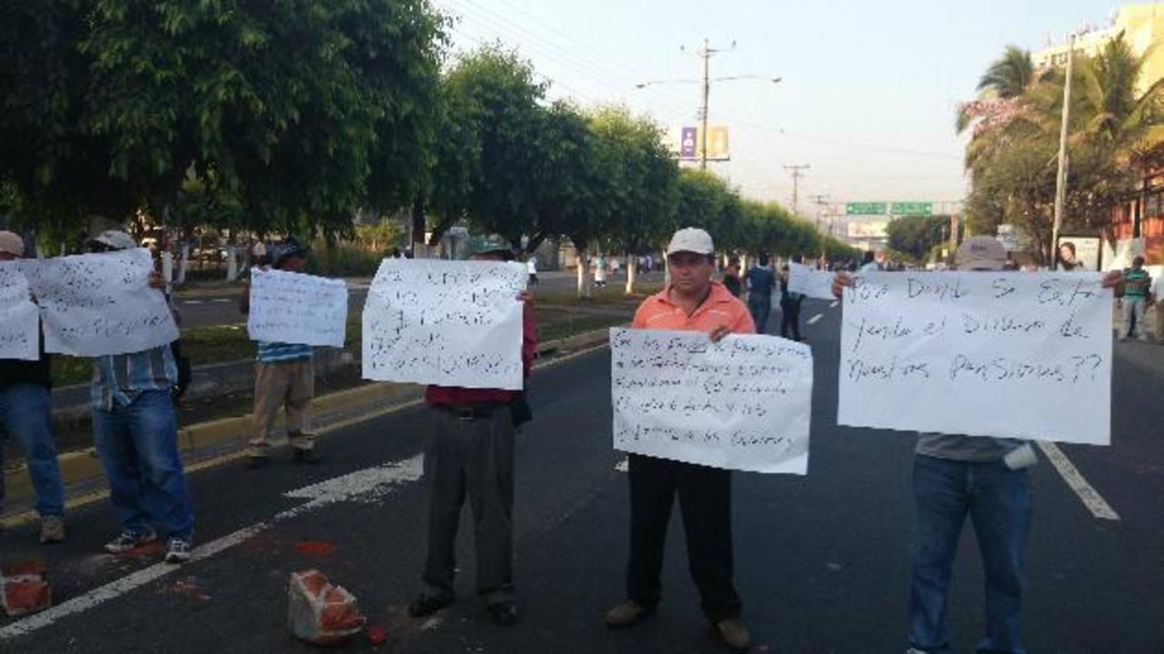 Miembros de Comtradefop cerraron el paso por el Bulevar de Los Héroes, frente al Ministerio de Hacienda, como medida de protesta ante la tasa de interés de 1.3 % que se paga al fondo de pensiones. Fotos edh /huber rosalesLa protesta frente al Ministe
