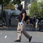 Investigadores procesan sitio donde fueron asesinados dos mareros en San Salvador. Foto EDH / Claudia Castillo