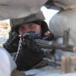 Un soldado ucraniano vigila detrás de una barrera de sacos de arena en un puesto cerca de la frontera con Crimea. foto edh / efe