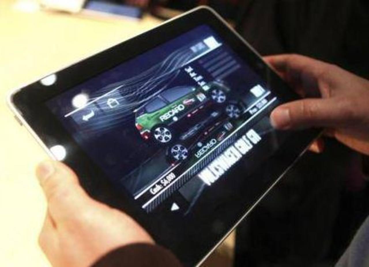 Una persona prueba un juego de video en una iPad f. Foto/ Reuters