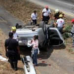 El accidente se registró en el kilómetro 32, en el sentido de Comalapa a San Salvador; al parecer, el percance sucedió por fallas mecánicas o excesiva velocidad. Foto / Cortesía Cruz Roja