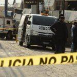 Policías procesan la escena donde fue ultimado a balazos un joven, de entre 20 y 25 años, en el estacionamiento de un bar, situado en la colonia Escalón. Foto EDH / Éricka Chávez
