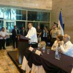 """Develan placa con el nuevo nombre del aeropuerto """"Monseñor Arnulfo Romero Galdámez"""""""