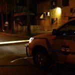 En la colonia San Pablo 2, Ilopango, se produjo uno de los ataques del sábado. Dos jóvenes resultaron muertos. Una señora de 56 años y otro joven, heridos. Foto EDH / Jaime AnayaInvestigadores, fiscales y forenses reconocen el cadáver de Ricardo Cruz