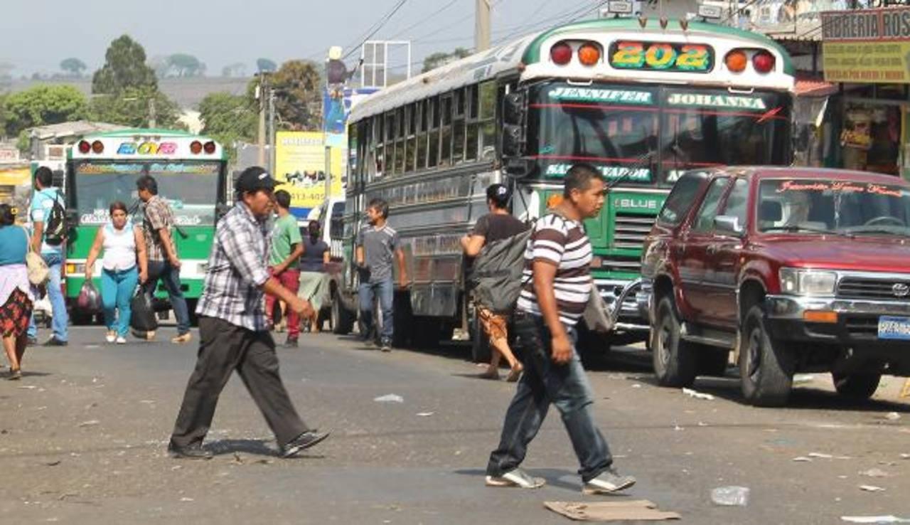 El desorden que ocasiona el transporte público en vías ahuachapanecas es un problema diario desde hace mucho tiempo. foto edh